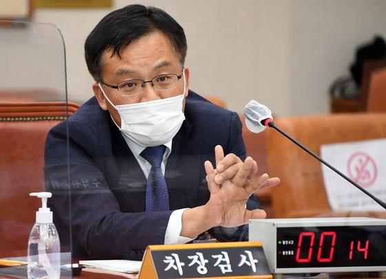 조남관 대검찰청 차장검사가 22일 오후 국회에서 열린 법제사법위원회 대검찰청 국정감사에서 질의에 답하고 있다. 뉴스1
