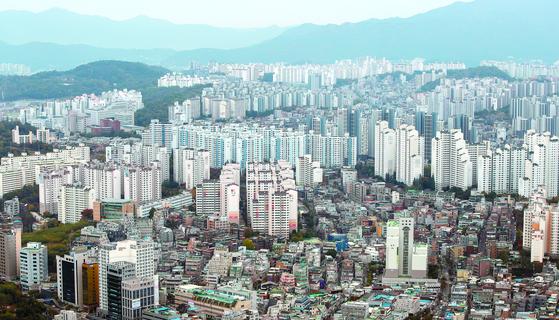전국 아파트 전셋값이 1주 새 0.21% 올랐다. 5년 6개월 만에 최고치다. 사진은 서울 영등포구 63스퀘어에서 바라본 아파트 단지의 모습. [뉴스1]