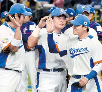 2009년 월드베이스볼클래식 준우승 직후 하이파이브 하는 이대호, 김태균, 추신수(왼쪽부터). [중앙포토]