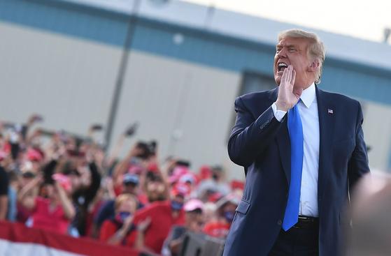 도널드 트럼프 미국 대통령이 지난 18일 네바다주 카슨시티 유세에서 청중을 향해 고함치고 있다. 네바다는 2016년 힐러리 클린턴이 2.4%포인트 차로 승리한 곳으로 현재는 조 바이든 후보가 5.2%포인트 앞서가고 있다.[AFP=연합뉴스]