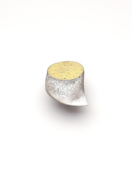 '100개의 브로치' 전시-김승희/ 막힌 그릇 Covered Container 정은, 금부 sterling silver, keumbooㅤ6x6x1cm/ 1994