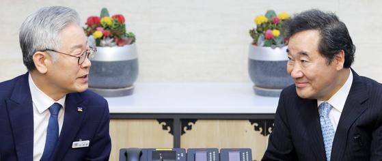 이재명 경기지사(왼쪽)와 이낙연 더불어민주당 당대표 후보(오른쪽)는 차기 대권 주자 선호도를 묻는 각종 여론조사에서 1,2위를 엎치락뒤치락하고 있다. 사진은 지난 7월 경기도청에서 만난 두 사람 모습. 임현동 기자