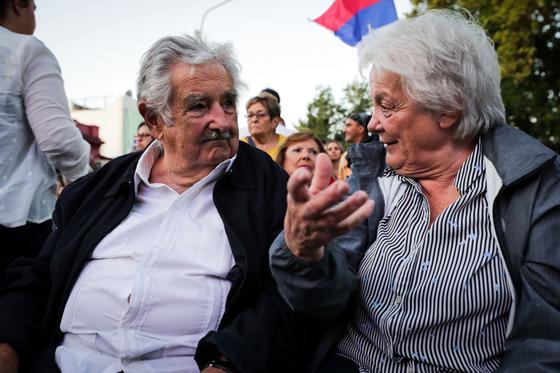 무히카(왼쪽) 와 그의 부인 루시아 토폴란스키 우루과이 부통령. 두 사람은 1970년대 함께 도시 게릴라 조직에사 무장반군으로 활동하며 부부의 연을 맺었다. 토폴란스키는 2017년 우루과이의 첫 여성 부통령으로 선출됐다. [EPA=연합뉴스]