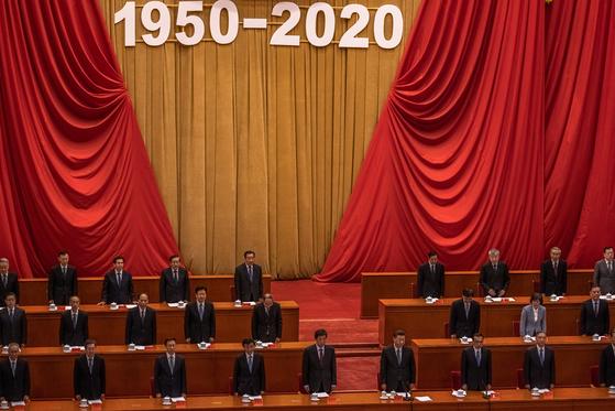 시진핑 중국 국가주석(앞줄 오른쪽에서 셋째)와 리커창 총리(앞줄 오른쪽에서 둘째)를 비롯한 중국 공산당 지도부가 10월 23일 베이징 인민대회당에서 열린 '중국 인민지원군 항미원조 출국 작전 70주년 기념 대회'에 참석하고 있다. EPA=연합뉴스