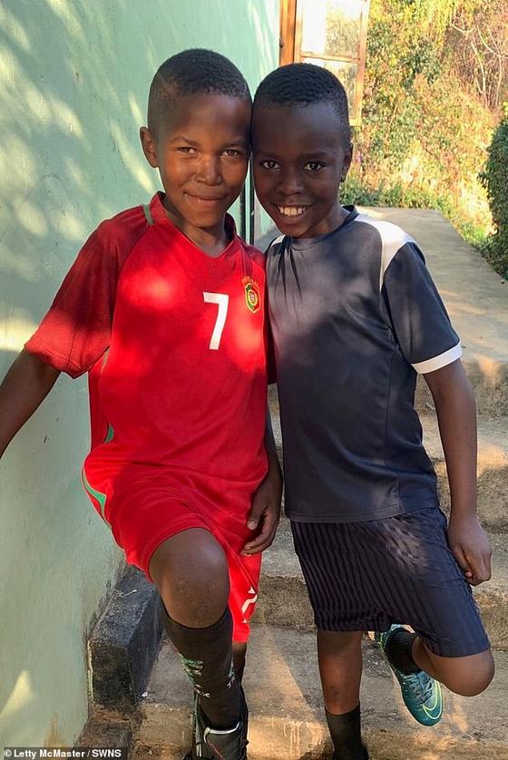 맥매스터가 입양해 키우는 탄자니아 아이들. [인스타그램]