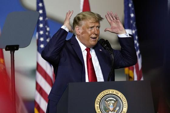 도널드 트럼프 미국 대통령이 23일 플로리다 펜사콜라에서 열린 유세에서 연설하고 있다. [AP=연합뉴스]