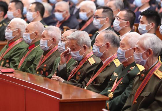 10월 23일 중국 베이징 인민대회당에서 열린 '중국 인민지원군 항미원조 출국 작전 70주년 기념 대회'에 참석한 퇴역 군인들이 중국 공산당 지도부의 연설을 듣고 있다. 신화=연합뉴스