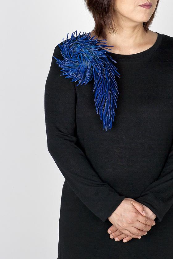 '100개의 브로치' 전시-박정혜/ 꼬리_2 Tail_2 실크, 염색, 정은 silk, hand-dyed, sterling silverㅤ15x19x4.5cm/ 2020