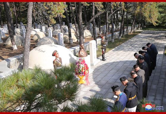 김정은 국무위원장을 비롯한 북한 지도부가 10월 21일 평남 회창군에 있는 중국인민지원군 열사능원의 마오안잉 묘지에 참배하고 있다. 사진=조선중앙통신