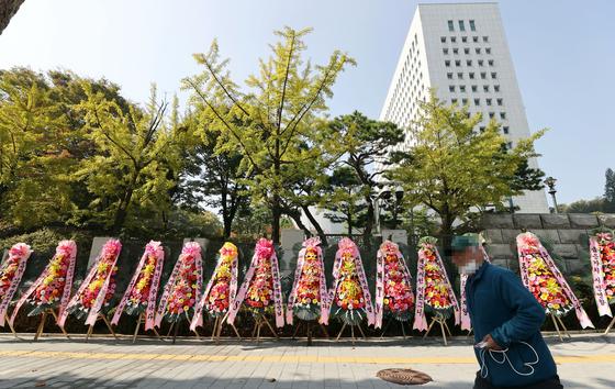 지난 20일 오후 서울 서초구 대검찰청 정문 앞에 검찰 응원 화환이 놓여있다. 연합뉴스