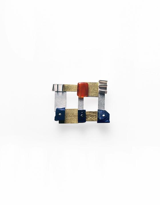 '100개의 브로치' 전시-고희승/ 방 나누기 Dividing Room 925은, 라피스라즐리, 자만옥 925 silver, 24K keumboo, lapis lazuli, red jade 7X5X1.5cm/ 1998