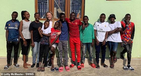 26세의 레티 맥매스터는 아프리카 탄자니아로 자원봉사를 다니다가 아이들 14명을 거두어 보살피게 됐다. 아이들 일부와 사진을 찍은 레티 맥매스터(왼쪽 뒷줄 네 번째). [맥매스터 인스타그램]
