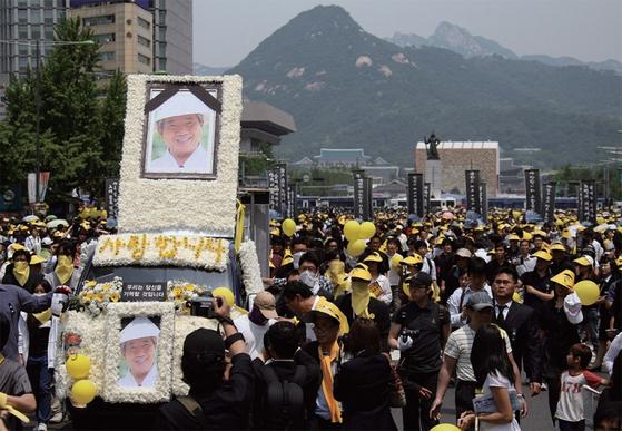 2009년 5월 29일 열린 고 노무현 전 대통령의 영결식. 운구행렬이 서울 시내를 지나고 있다.