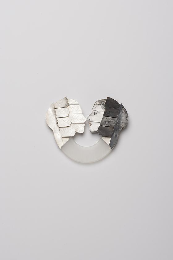 '100개의 브로치' 전시-조민정/ 두 사람 Two people 정은, 아크릴 플레이트플레이트, 스테인리스 스틸 sterling silver, acrylic plate, stainless steel 13x11x1.5cm/ 2018