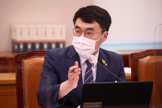 김남국 더불어민주당 의원이 지난 22일 서울 여의도 국회 법제사법위원회에서 열린 대검찰청 국정감사에서 질의하고 있다. 연합뉴스