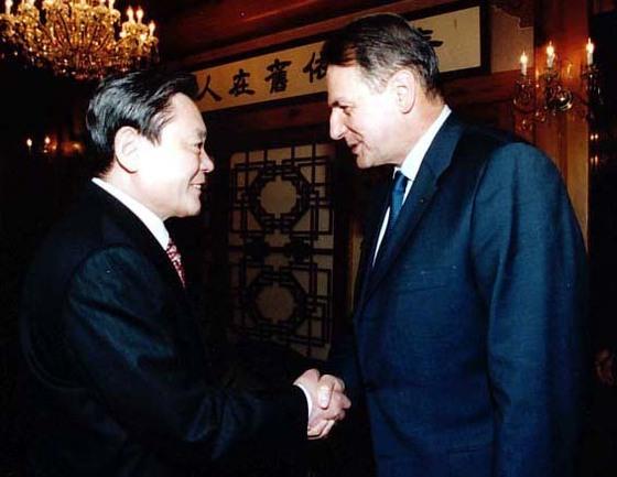 2001년 자크 로게 국제올림픽위원회(IOC) 위원장을 만난 이건희 회장.