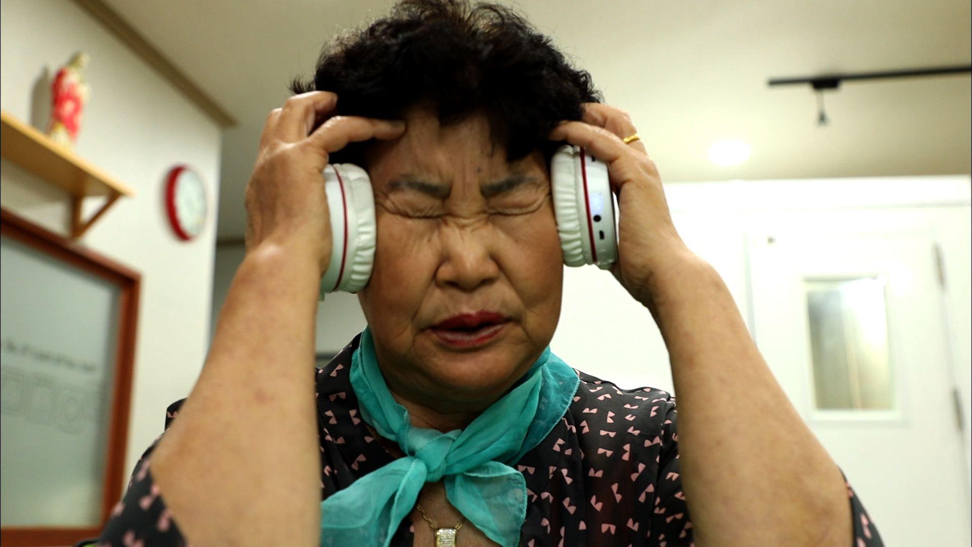 헤드셋을 쓴 할머니 래퍼 김영자(75)씨. [사진 KBS 전주방송총국]