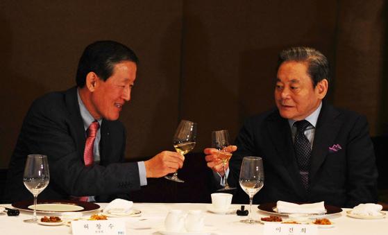 2011년 3월 허창수 전경련 회장(왼쪽)과 이건희 삼성 회장. 중앙포토