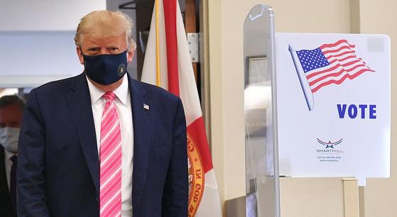 도널드 트럼프 미국 대통령은 24일 플로리다주 웨스트팜비치에 있는 공공도서관에 마련된 투표소에서 사전 투표를 했다. [AFP=연합뉴스]