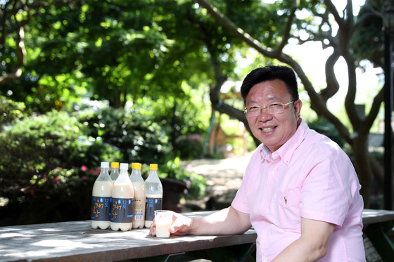 11만원짜리 막걸리 '롤스로이스'를 만든 해창주조장의 오병인 대표. 감미료를 넣지 않고 찹쌀로 빚어 두 달간 숙성한 술은 걸쭉하면서 담백한 단맛을 자랑한다. 김상선 기자