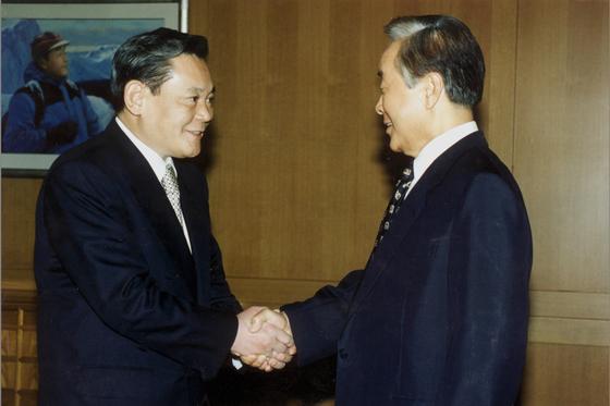 김영삼 대통령이 1996년 청와대에서 이건희 신임 IOC위원(삼성회장)의 예방을 받고 오찬에 앞서 악수를 나누고있다. [중앙포토]