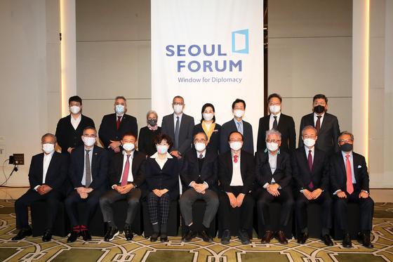 이홍구(첫째 줄 가운데) 전 국무총리가 23일 인천 중구 파라다이스시티호텔에서 진행된 제17회 한국-캐나다 포럼에서 참석자들과 기념사진을 찍고 있다. 장진영 기자