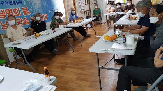충북 단양군 적성면 상1리 마을 노인들이 최근 경로당에 들여놓은 식탁에 앉아 회의를 하고 있는 모습. [사진 상1리 마을 노인회]