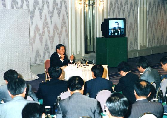 삼성 프랑크푸르트 간부교육에서 이건희 삼성전자 회장이 연설하고 있다.