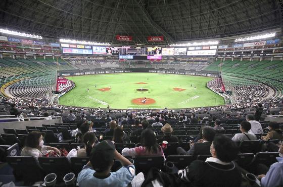 지난 7월 관중 5000명을 상한으로 두고 도쿄돔에서 열린 일본 프로야구 경기. [교도통신=연합뉴스]