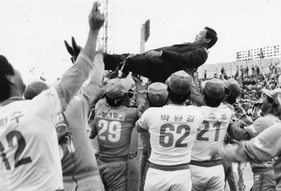 1985년 프로야구 우승을 차지한 삼성 라이온즈 선수들이 시상식이 끝난후 이건희 구단주를 헹가래치며 승리의 기쁨을 나누고 있다. [중앙포토]