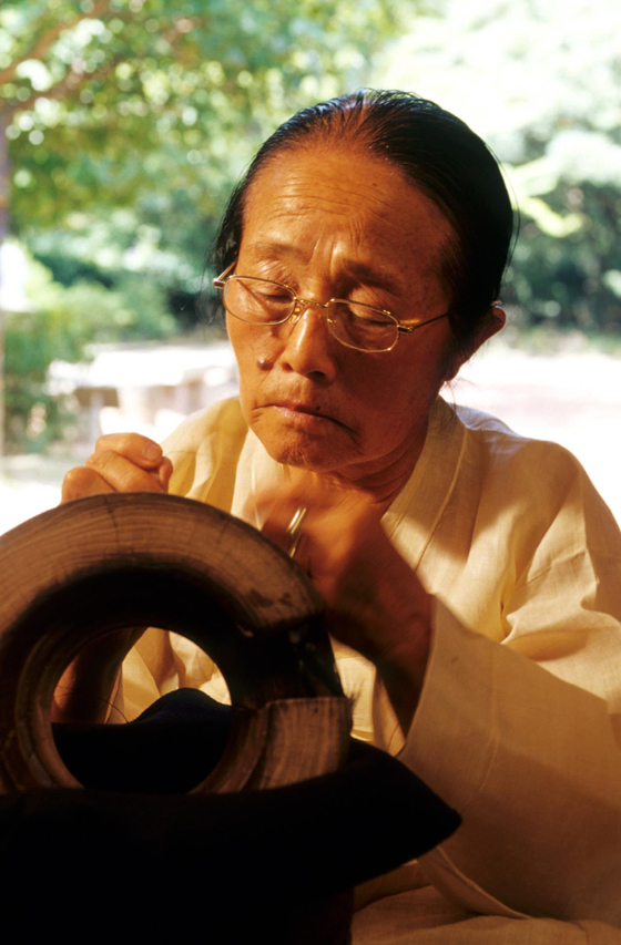 지난 24일 97세로 별세한 국가무형문화재 제66호 '망건장' 이수여 명예보유자의 평소 망건(網巾) 제작 모습. [사진 문화재청]