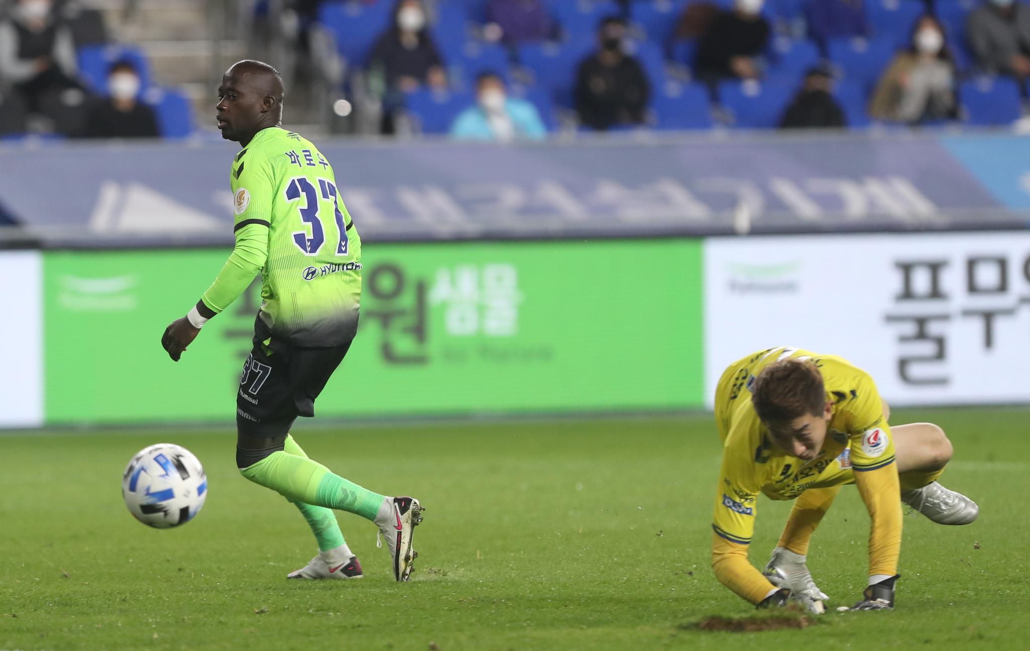 25일 울산 문수축구경기장에서 열린 프로축구 K리그1 울산 현대와 경기에서 전북 바로우가 골을 넣고 있다. [연합뉴스]