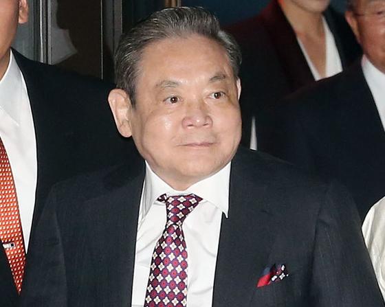 이건희 삼성 회장이 25일 서울 일원동 서울삼성병원에서 별세했다. 향년 78세. 1942년에 태어난 고인(故人)은 부친인 이병철 삼성 창업 회장 별세 이후 1987년 삼성그룹 2대 회장에 올라 삼성그룹을 이끌었다. 뉴스1