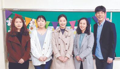 서울 공연초 조유진·권세경·김설영·노경민·박재준(왼쪽부터) 선생님은 학생들을 위해 CSR(기업의 사회적 책임) 전문가를 섭외해 사회와 연결된 수업을 마련했다.