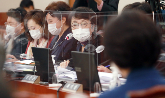 김진애 열린민주당 의원이 26일 오전 서울 여의도 국회에서 열린 법제사법위원회의 법무부, 대법원, 감사원, 헌법재판소, 법제처 종합감사에서 질의를 하고 있다. 오종택 기자