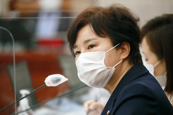 조수진 국민의힘 의원이 26일 오후 서울 여의도 국회에서 열린 법제사법위원회의 법무부, 대법원, 감사원, 헌법재판소, 법제처 종합감사에서 질의를 하고 있다. 오종택 기자
