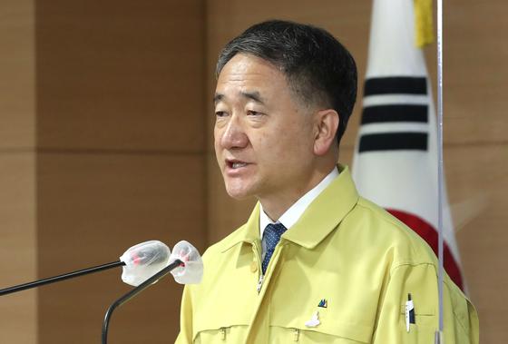 박능후 보건복지부 장관이 25일 오후 서울 종로구 정부서울청사에서 코로나19 대응 정례브리핑을 하고 있다. 뉴스1