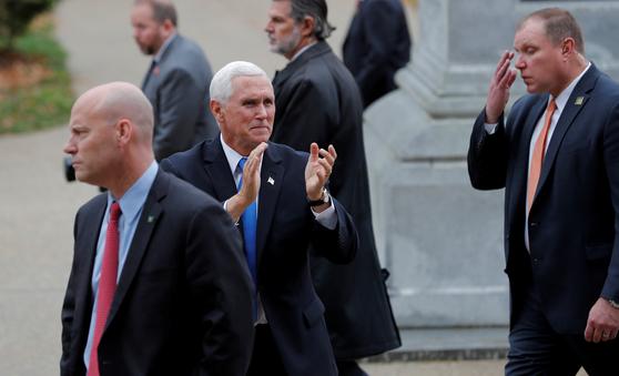 마이크 펜스 미국 부통령의 비서실장인 마크 쇼트(사진 왼쪽)가 최근 코로나19에 확진됐다. 하지만 펜스 부통령은 격리 없이 유세를 이어가고 있다. 사진은 지난해 11월 지지자들에게 인사하는 펜스 부통령의 모습. [로이터=연합뉴스]