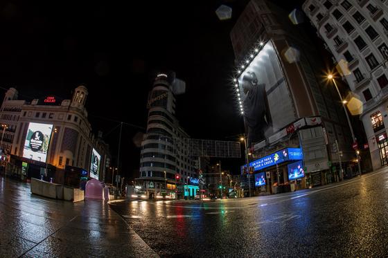 야간 통행금지령으로 텅 빈 스페인 마드리드의 칼라오 광장. 스페인은 다음달 9일까지 밤 11시부터 오전 6시까지 긴급 사태를 발령하고 32개 지역에 이동을 제한했다. [EPA=연합뉴스]