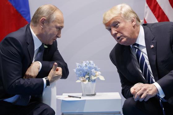 도널드 트럼프 미 대통령(오른쪽)과 블라드미르 푸틴 러시아 대통령. 사진은 2017년 7월 독일 함부르크에서 열린 정상회담 모습. [중앙포토]