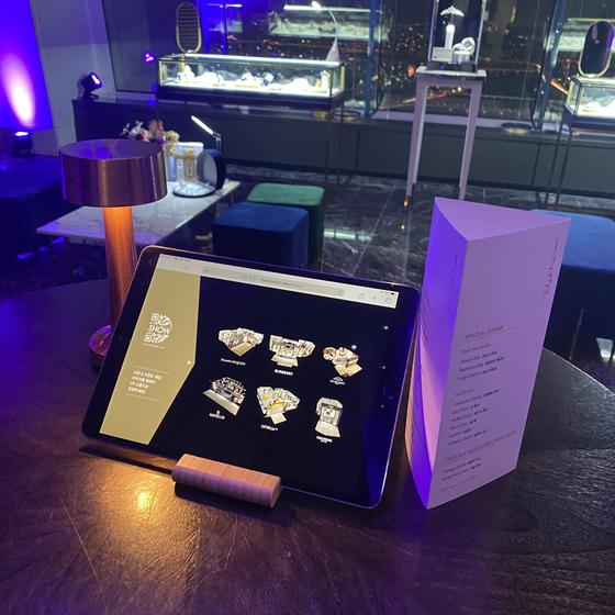 23일 서울스카이 123라운지에서 진행된 '영앤리치 D-Show' 행사. 명품 쥬얼리 부스가 마련된 라운지에서 칵테일을 마시며 아이패드를 통해 디지털쇼핑도 즐길 수 있는 공간이다. 사진 롯데백화점