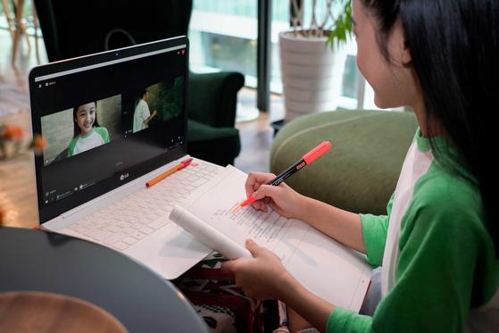 한 학생이 온라인 수업을 받고 있다. 신종 코로나바이러스 감염증(코로나19)으로 비대면 수업이 일반화된 가운데, 화상 프로그램을 활용한 과외도 늘고 있다. 뉴스1