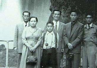 1953년 일본 여행 중 부친 이병철 회장, 모친 박두을 여사와 함께한 이건희 회장(왼쪽부터). [중앙포토]