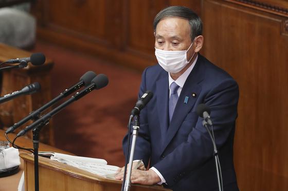 스가 요시히데 일본 총리가 26일 일본 국회에서 소신표명 연설을 하고 있다. [AP=연합뉴스]