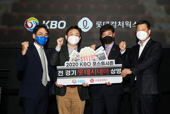 KBO와 롯데컬처웍스는 오는 11월 1일 개막하는 KBO 포스트시즌의 전 경기를 전국 10개 이상 영화관에서 상영한다고 26일 밝혔다. 사진은 지난 22일 서울 롯데시네마 월드타워관에서 KBO와 롯데컬처웍스 간의 협약식 기념 촬영 장면. [사진 롯데시네마]