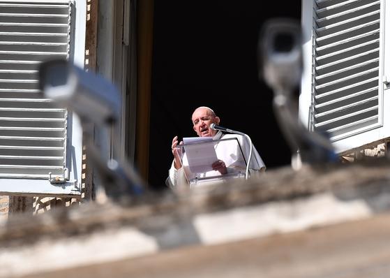 프란시스코 교황이 25일 주일 삼종기도를 마치고 손을 흔들고 있다. AFP 연합뉴스