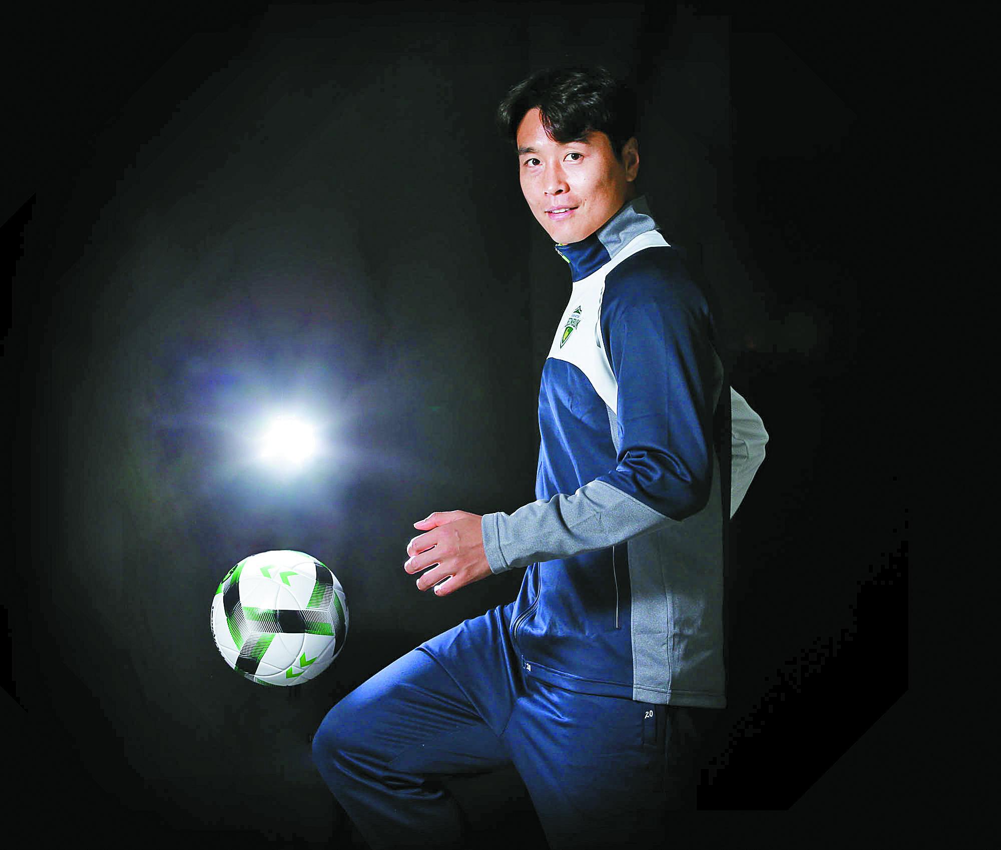 프로축구 37년 역사상 최고 선수 이동국. 23년간 프로생활을 접고 축구화를 벗는다. 프리랜서 장정필