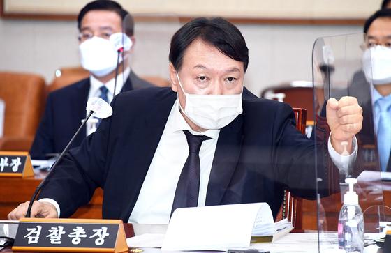 윤석열 검찰총장이 22일 국회에서 열린 법제사법위원회 대검찰청 국정감사에서 질의에 답변하고 있다. 오종택 기자