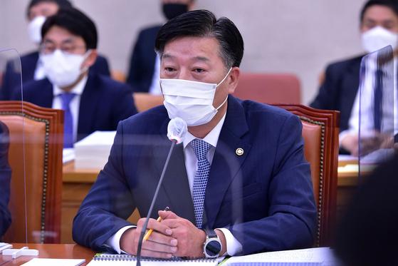 김홍희 해양경찰청장이 26일 국회에서 열린 농림축산식품해양수산위원회의 해양수산부 및 소관 기관 종합국정감사에서 북한군 피격으로 사망한 공무원 관련 의원 질의를 받고 있다. 뉴시스