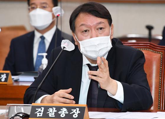 윤석열 검찰총장이 지난 22일 국회에서 열린 법제사법위원회 대검찰청 국정감사에서 질의에 답변하고 있다. 오종택 기자